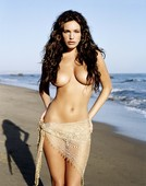 Topless en la playa de Kelly Brook